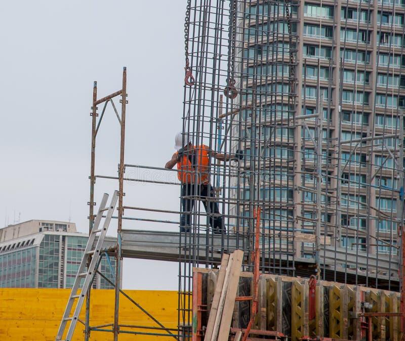 O trabalhador prepara a armadura para o concreto reforçado imagens de stock royalty free