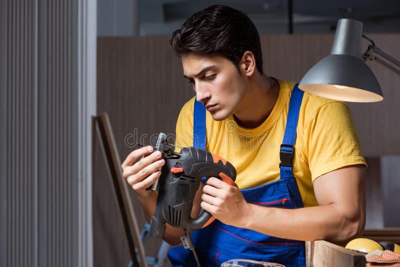 O trabalhador que trabalha na oficina do reparo no conceito do woodworking fotografia de stock royalty free