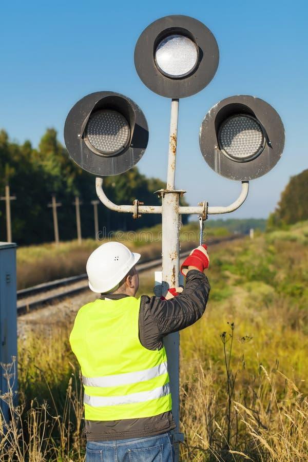 O trabalhador Railway desmonta o sinal velho foto de stock