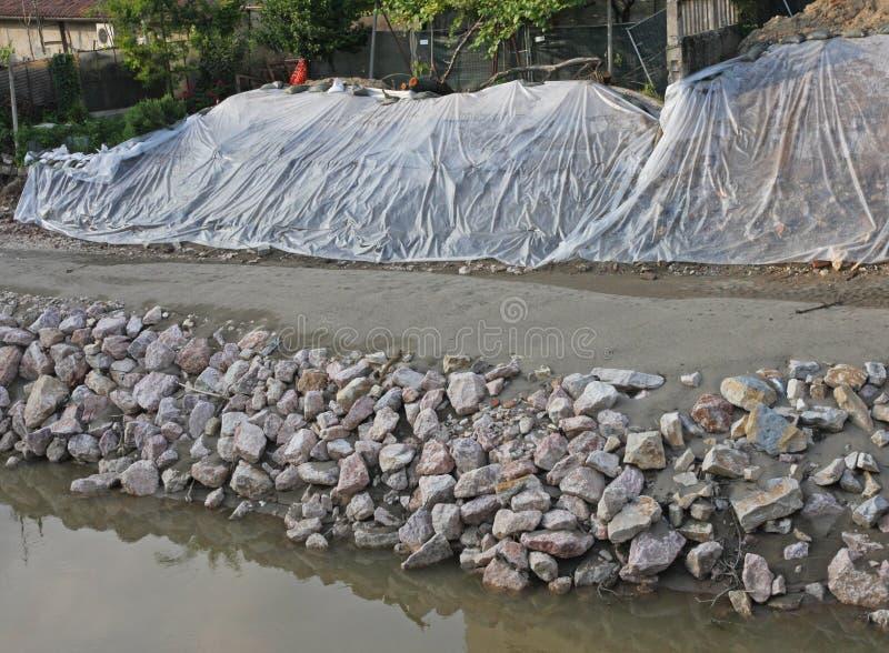 O trabalho da consolidação da terraplenagem do bacchiglione do rio vicen dentro imagem de stock