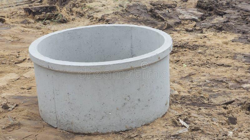 O trabalho de drenagem pré-fabricado concreto é canteiro de obras no cray imagem de stock royalty free
