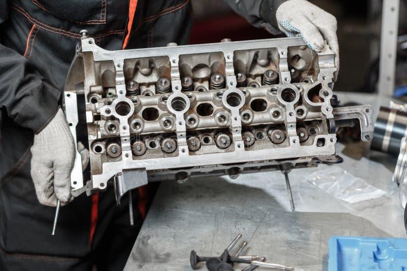 O trabalho de um mecânico Desmonte o veículo do bloco de motor Reparo do capital do motor Dezesseis válvula e cilindro quatro Car imagens de stock