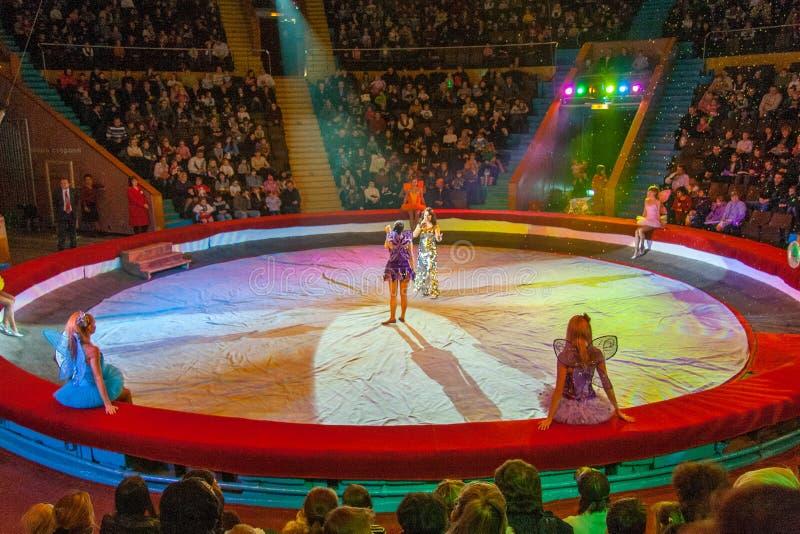 O trabalho dos artistas do circo de Zaporozhye foto de stock