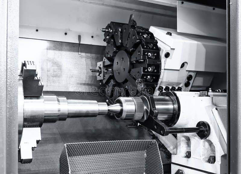 O trabalho industrial do metal fura o processo fazendo à máquina pela ferramenta de corte no torno automatizado fotos de stock royalty free