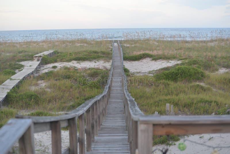 O trajeto à praia sobre a duna de areia reduz como ele approahes o beira-mar fotos de stock