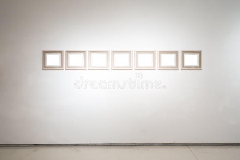 O trajeto de grampeamento branco da exposição de Art Gallery Museum Blank Frame é fotografia de stock