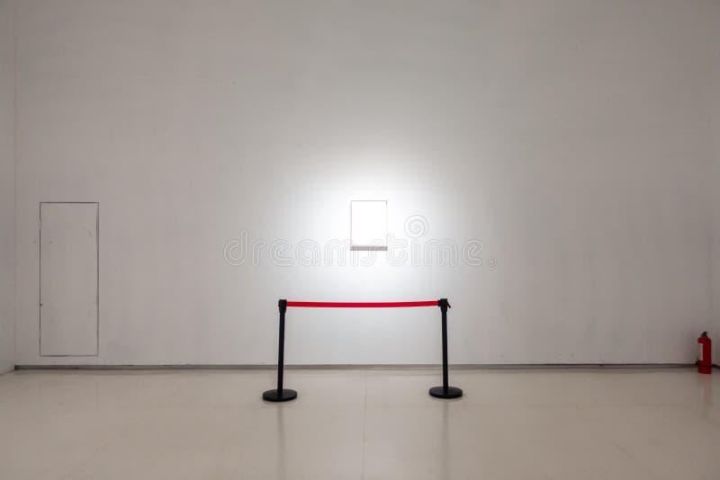 O trajeto de grampeamento branco da exposição de Art Gallery Museum Blank Frame é fotos de stock