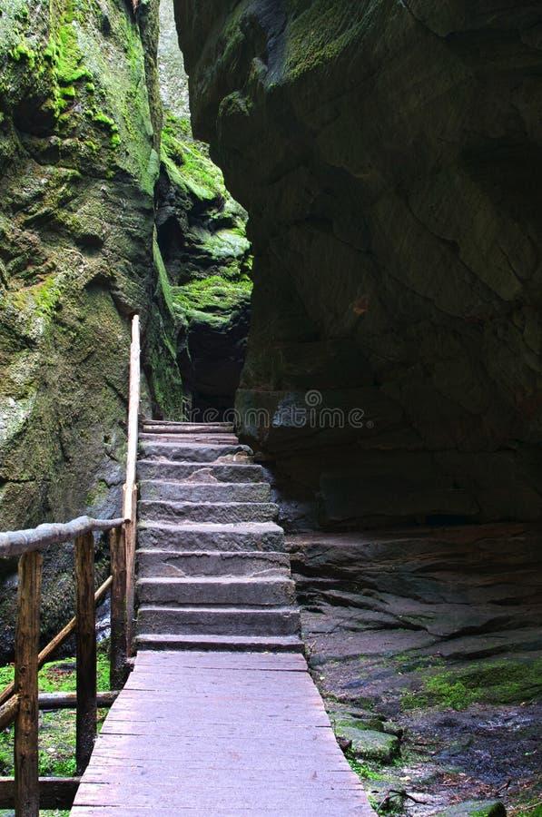 O trajeto estreito entre a cidade alta da rocha de Adrspach das rochas imagem de stock royalty free