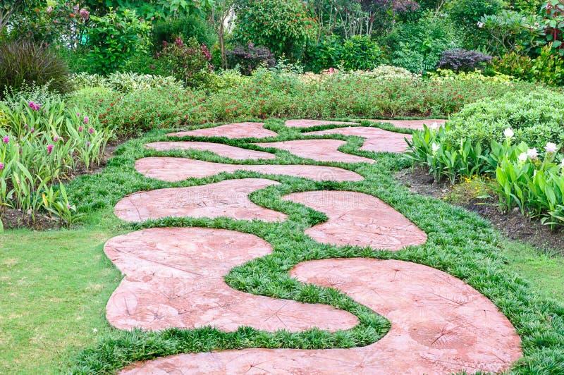 O trajeto no jardim. imagens de stock