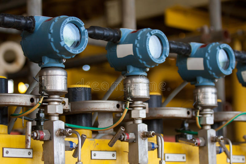 O transmissor de pressão no processo do petróleo e gás, envia o sinal à pressão do controlador e da leitura no sistema imagem de stock royalty free