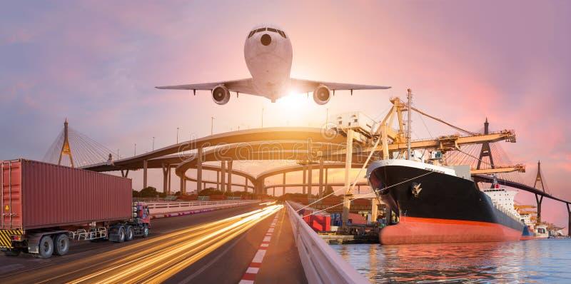 O transporte do panorama e o conceito logístico pelo plano do barco do caminhão para a importação logística exportam o fundo imagens de stock