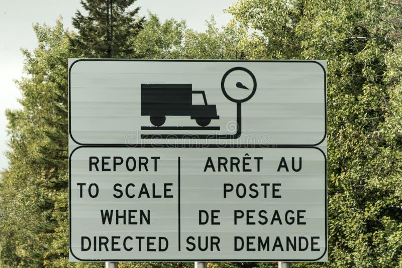 O transporte por caminhão do sinal pesa o peso do relatório da escala da estação na estrada em Quebeque Canadá fotos de stock