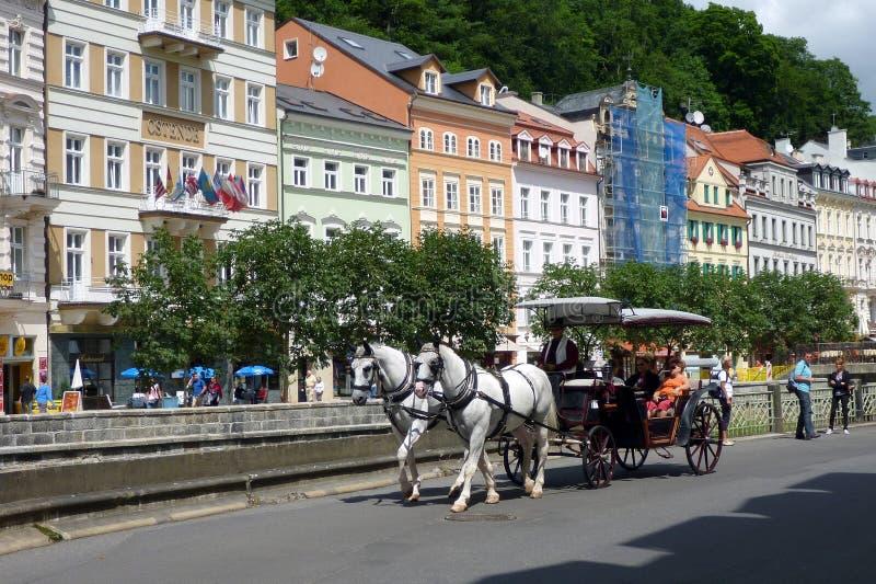 O transporte puxado a cavalo, Karlovy histórico varia, República Checa imagem de stock