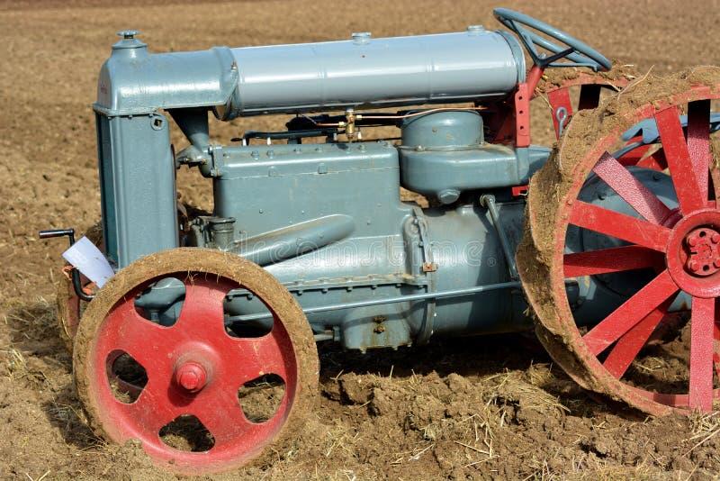O trator de exploração agrícola irlandês de Fordson do vintage fez in 1920 imagem de stock