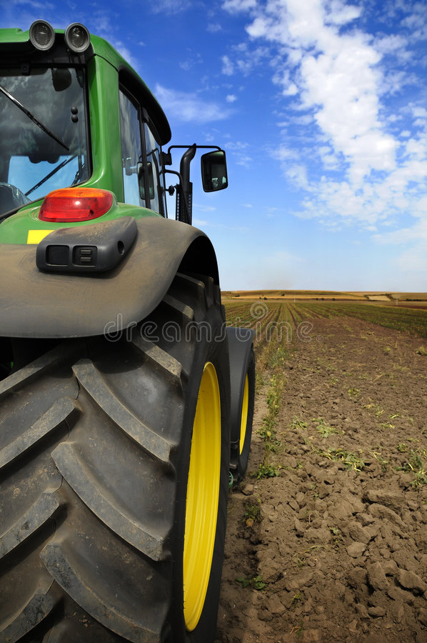 O trator - equipamento de exploração agrícola moderno foto de stock