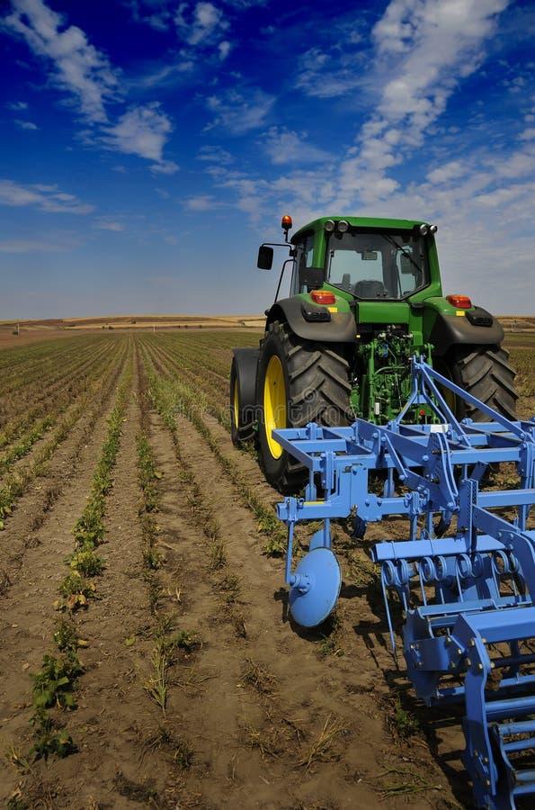 O trator - equipamento de exploração agrícola moderno fotografia de stock