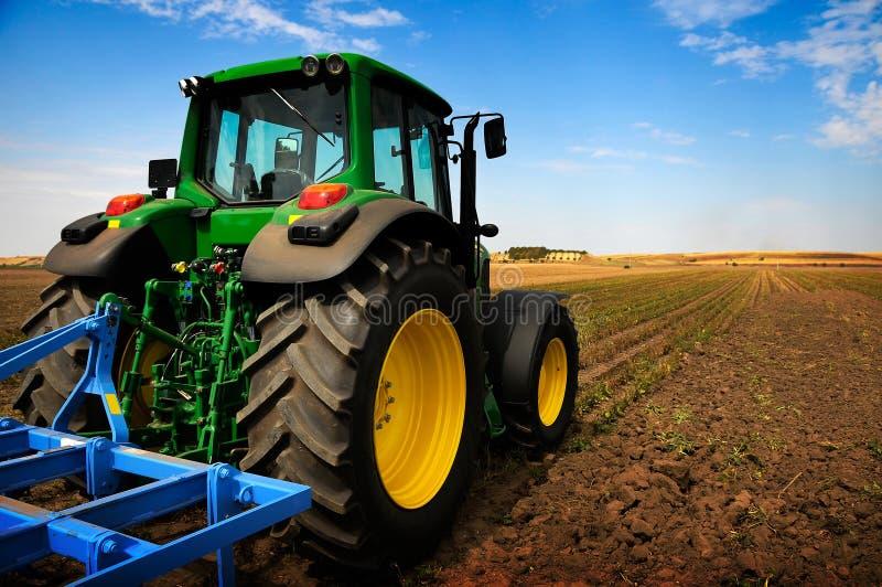 O trator - equipamento de exploração agrícola moderno imagem de stock