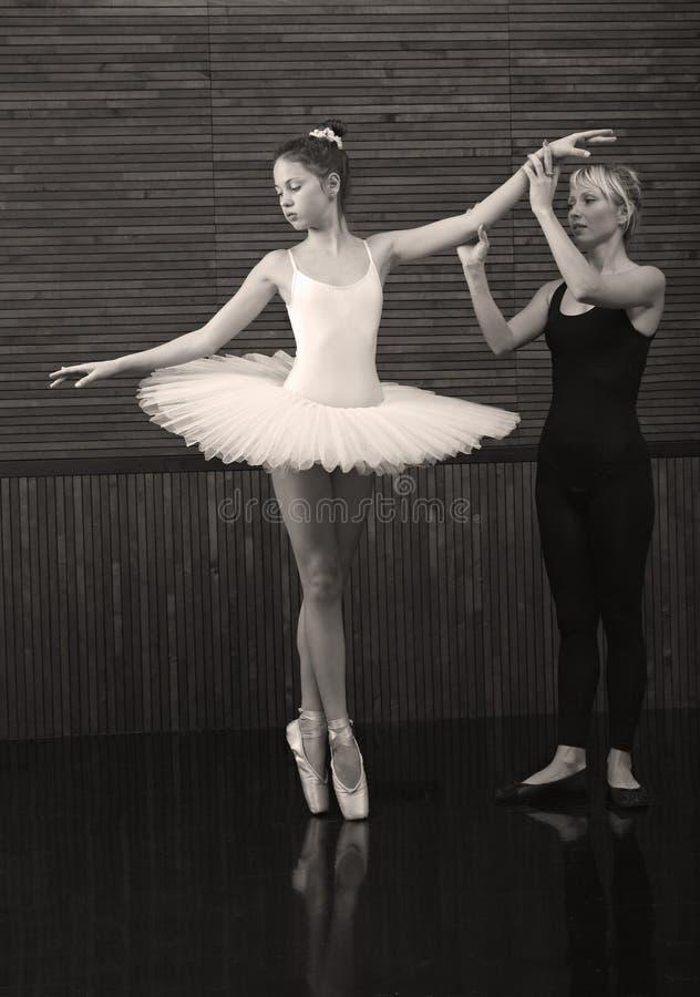 O treinador ensina uma bailarina pequena imagem de stock royalty free