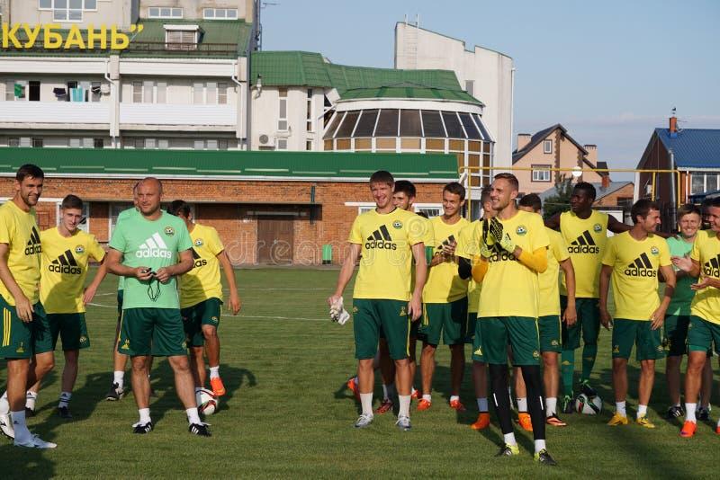 O treinador principal de FC Kuban Dmitry Khokhlov com os jogadores durante o treinamento aberto para fãs fotos de stock royalty free