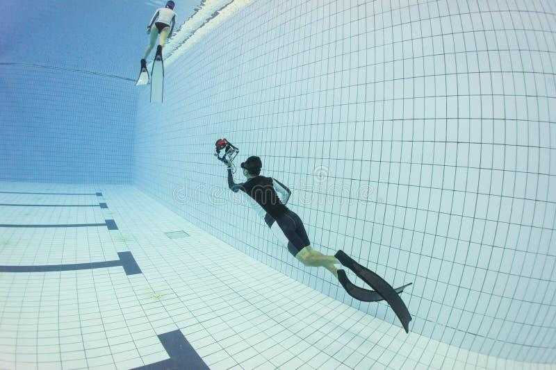 O treinamento do mergulho livre e toma a foto fotografia de stock royalty free