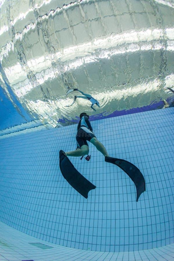 O treinamento do mergulho livre e toma a foto fotos de stock royalty free
