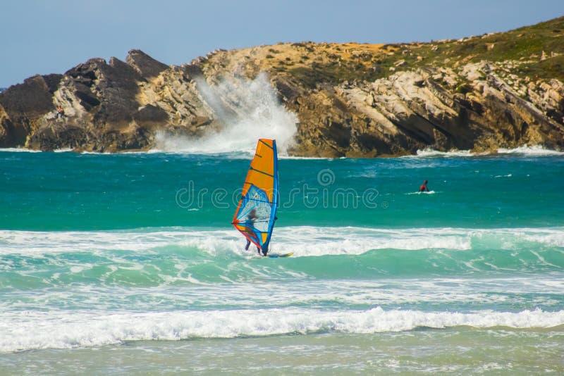 O treinamento do revestimento do Windsurfer e um surfista que espera o wright acenam fotografia de stock royalty free