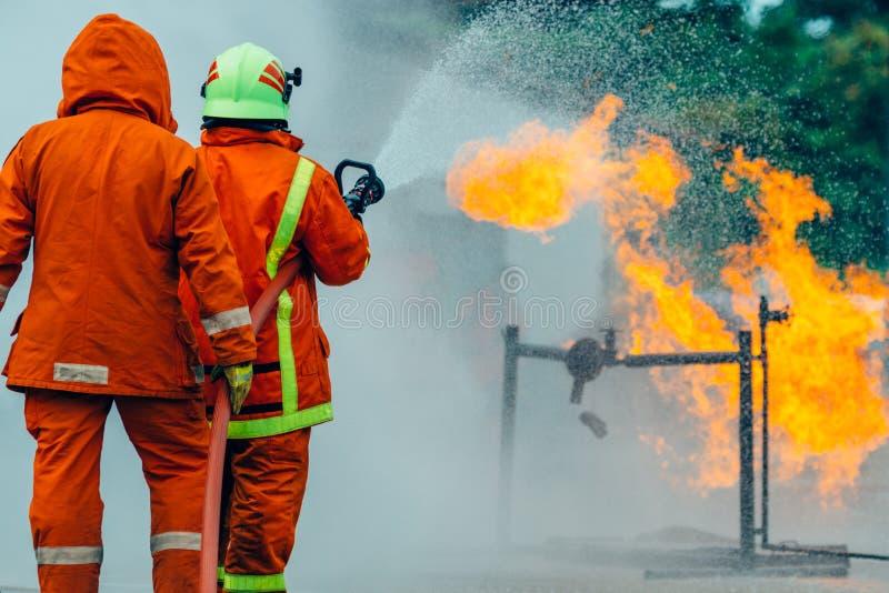 O treinamento do sapador-bombeiro foto de stock