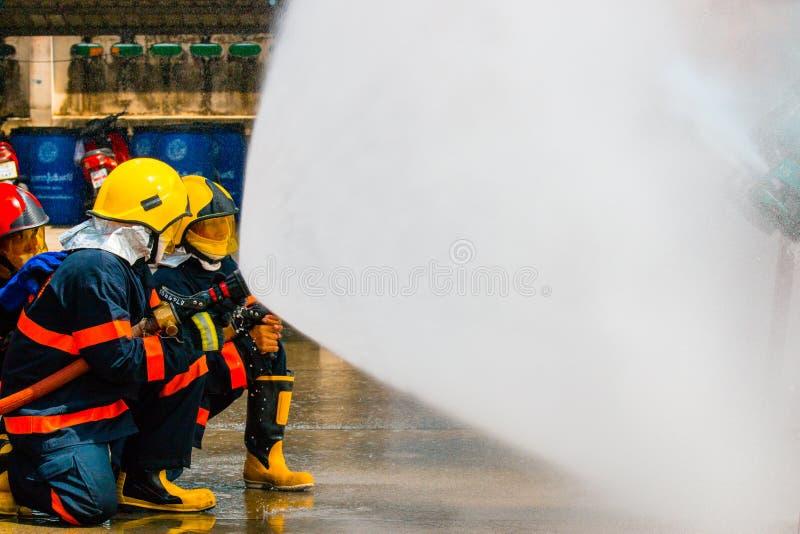 O treinamento do sapador-bombeiro imagem de stock