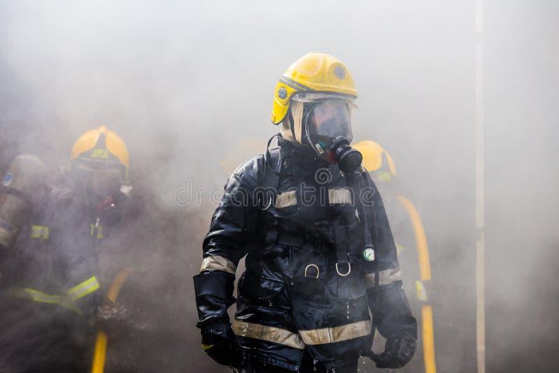 O treinamento do sapador-bombeiro imagens de stock