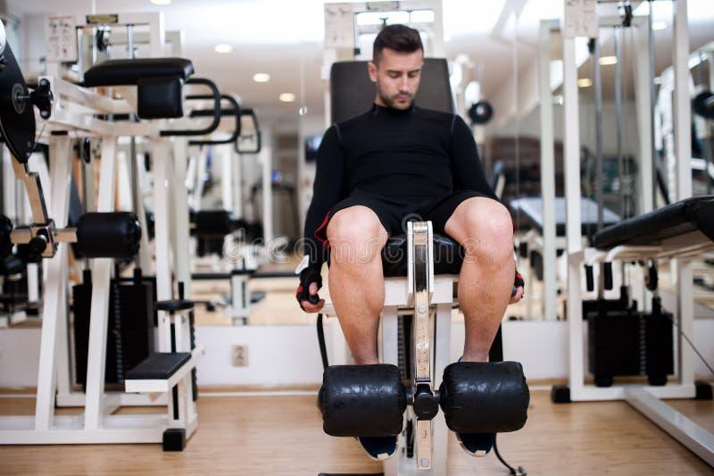 O treinamento no gym, dia do halterofilista do pé exercita imagem de stock