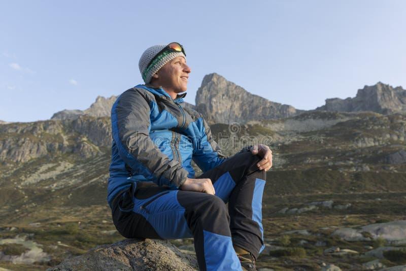 O trekker novo considerável pausa e aprecia o nascer do sol imagens de stock
