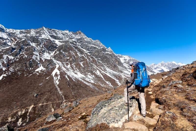 O Trekker que aproxima o La de Renjo passa sobre uma maneira ao acampamento base de Everest imagens de stock