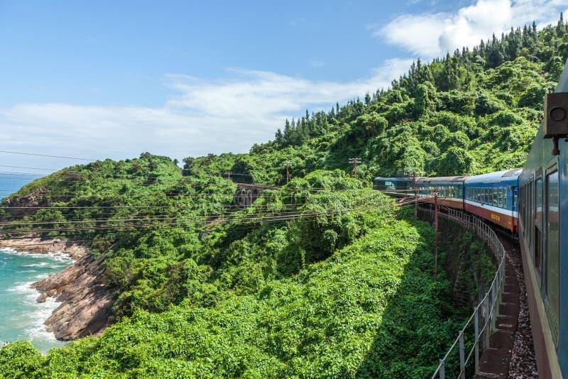 O trem a andar nas montanhas, Vietnam fotos de stock royalty free
