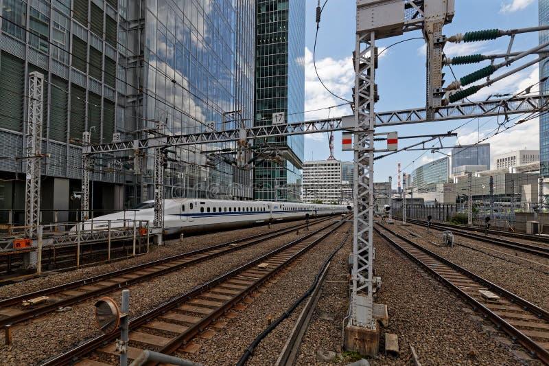 O trem branco incorpora a estação ao Tóquio imagens de stock