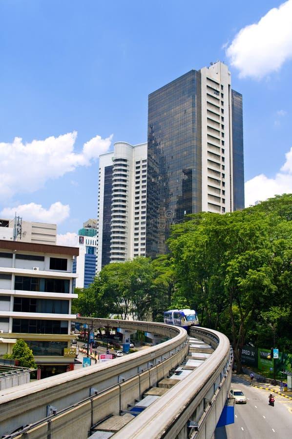 O trem chega em um estação de caminhos-de-ferro. Kuala Lumpur fotos de stock royalty free