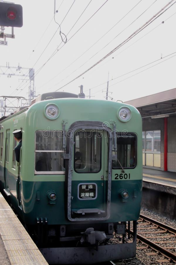 O trem chega em uma plataforma da estação em Kyoto foto de stock