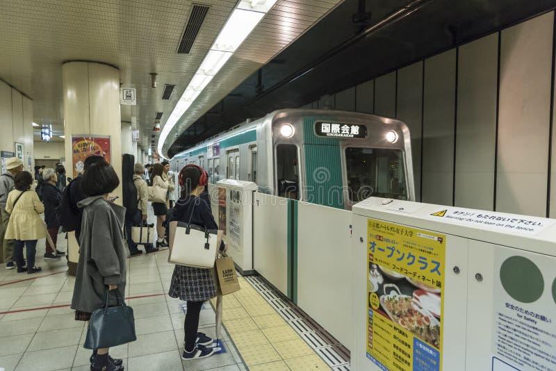 O trem chega metro Japão de Kyoto imagem de stock