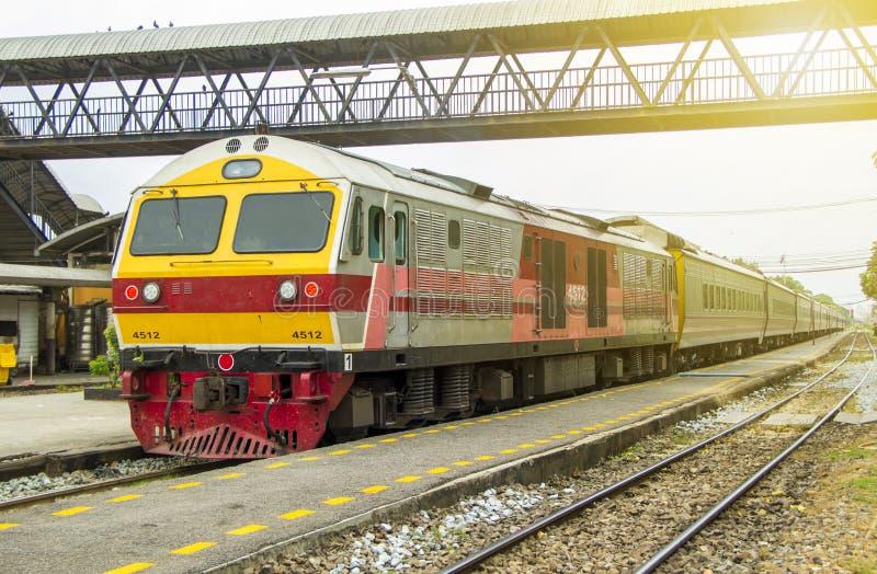 O trem conduziu por locomotivas elétricas diesel no estação de caminhos-de-ferro fotos de stock royalty free