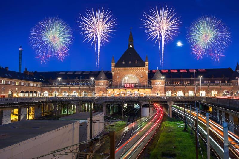 O trem corre na estação central de Copenhaga em Dinamarca com espaço livre imagem de stock royalty free