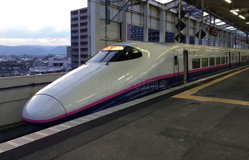 O trem de alta velocidade está na estação de trem de Fukushima fotografia de stock royalty free