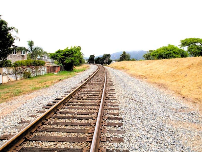 O trem de estrada do trilho segue o ponto de desaparecimento 2 da perspectiva foto de stock