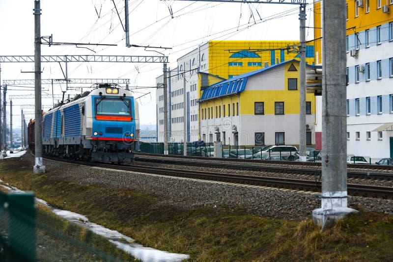 O trem de estrada de ferro do frete viaja ao longo das trilhas railway fotografia de stock royalty free