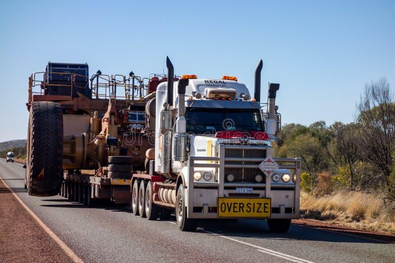 O trem de estrada ocidental da estrela com sinal de tamanho grande e o caminhão de descarregador extremamente largo fotos de stock royalty free