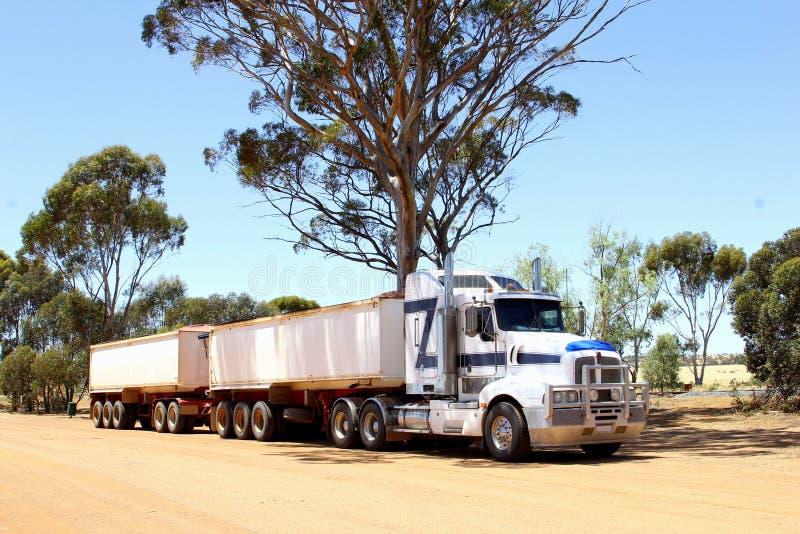 O trem de estrada transporta a carga na estrada de Lasseter, Austrália fotografia de stock