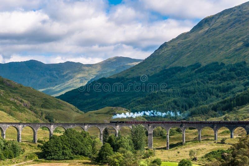 O trem de Jacobite sobre o viaduto de Glenfinnan imagem de stock royalty free