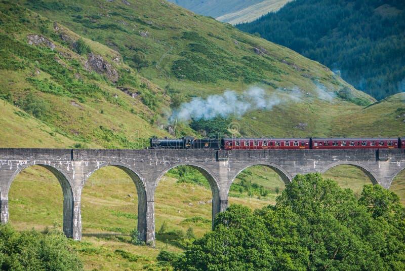 O trem de Jacobite sobre o viaduto de Glenfinnan foto de stock royalty free