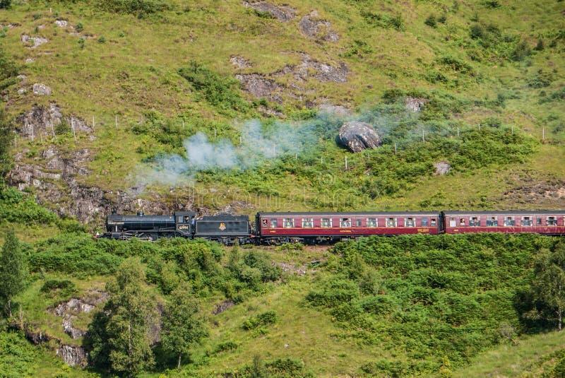 O trem de Jacobite sobre o viaduto de Glenfinnan fotografia de stock royalty free