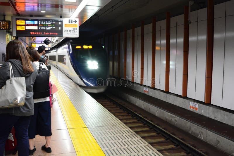 O trem de Keisei Skyliner de Narita ao Tóquio Estação do aeroporto de Narita japão fotografia de stock royalty free