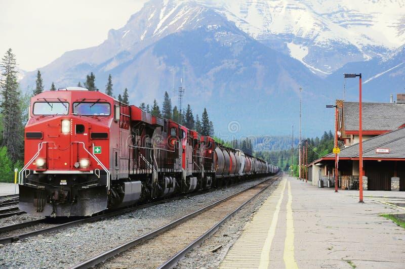 O trem de mercadorias de Calgary está na estação de Banff foto de stock
