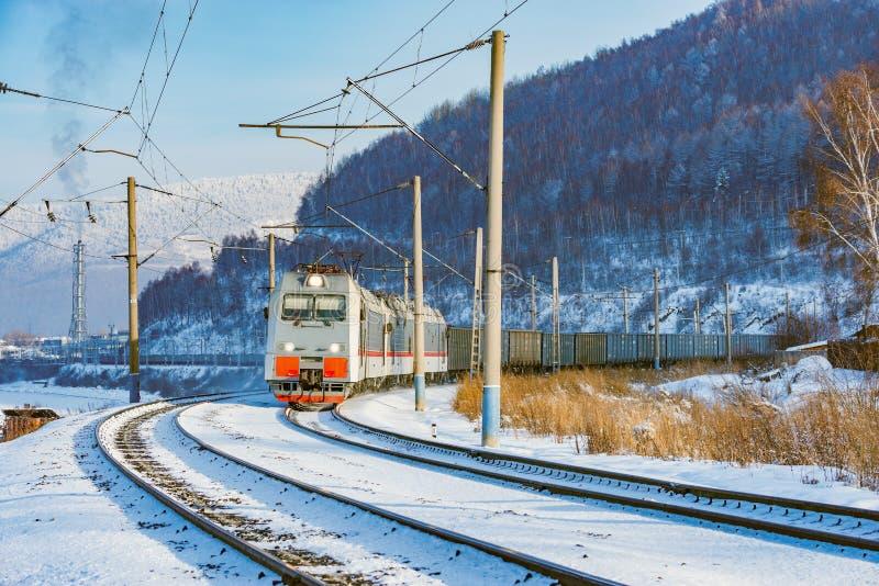 O trem de mercadorias move-se ao longo do lago Baikal imagens de stock